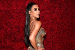 A pozat topless si a postat imaginea pe Instagram! Kim Kardashian a creat isterie in mediul online cu aceasta fotografie - FOTO