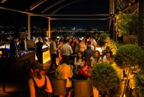 O petrecere la inaltime! Oameni de afaceri, bloggeri, interpreti si jurnalisti si-au dat intalnire la o petrecere pe acoperis. Imagini de senzatie - VIDEO
