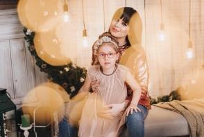Misha, sedinta foto de Craciun alaturi de fetita ei. Iata cum arata acum micuta - FOTO