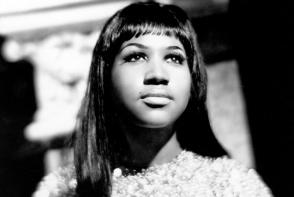 Regina muzicii Soul avea un obicei care a ridicat intrebari pentru  multi fani. Afla de ce Aretha Franklin isi lua mereu geanta pe scena - VIDEO