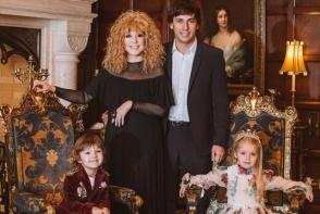 Seamana tatalui sau mamei? Maxim Galkin si Alla Pugacheva isi trateaza copiii regeste. Iata cat de mari s-au facut - VIDEO