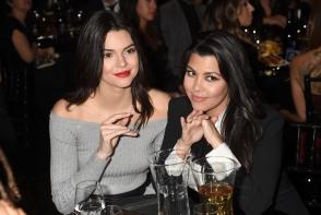 Au pozat in costum de baie in zapada! Surorile  Kourtney Kardashian si Kendall Jenner, infrunta gerul - FOTO